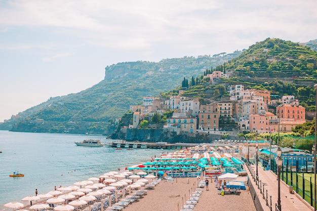 Belas cidades costeiras da itália - vila cênica de amalfi na costa de amalfi