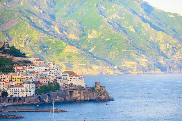 Belas cidades costeiras da itália, vila cênica de amalfi na costa de amalfi