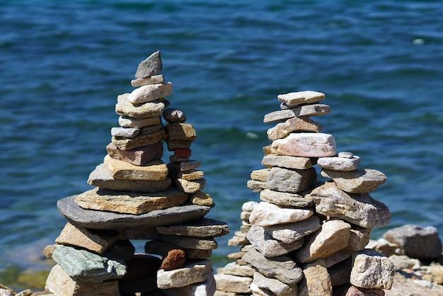 Belas composições de pedras marinhas feitas por turistas de todo o mundo