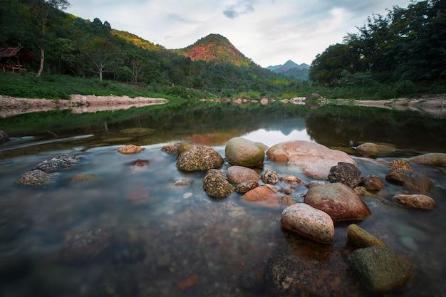 Belas correntes e montanhas altas na tailândia