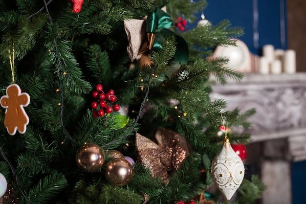 Belas decorações para árvore de natal, árvore de natal, bolas e outras decorações