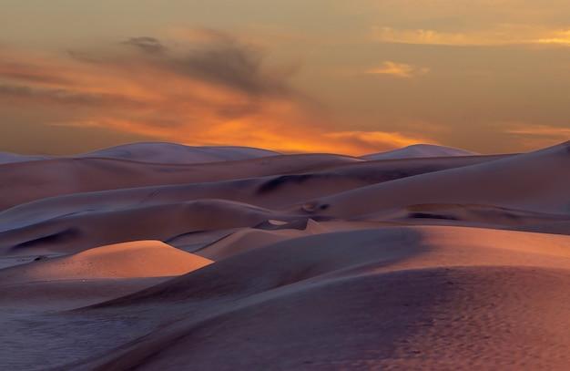 Belas dunas de areia e céu dramático no deserto do namibe