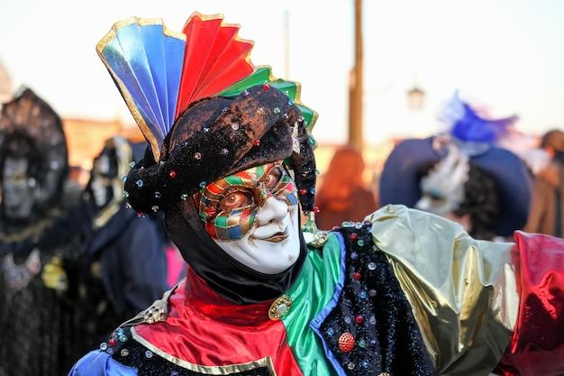 Belas e fantásticas máscaras e fantasias de designs elegantes e magníficos no carnaval de veneza
