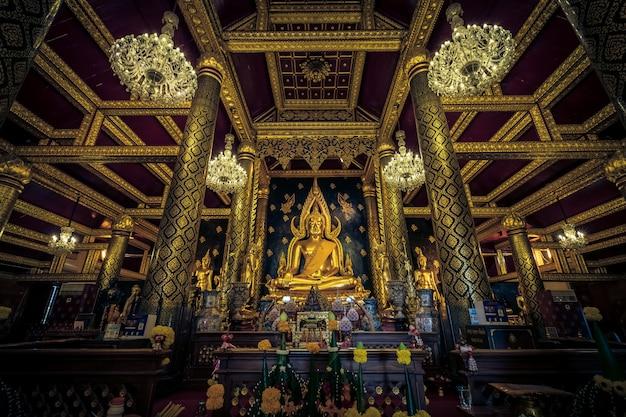 Belas estátuas de buda de ouro em wat phra si rattana mahathat