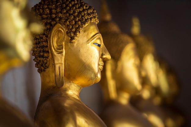 Belas estátuas de buda dourado no templo budista