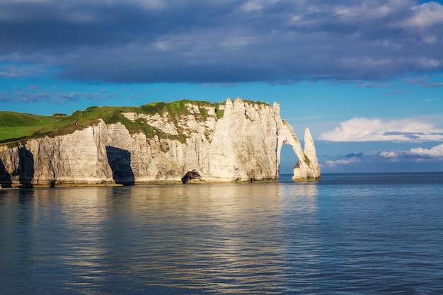 Belas falésias aval de etretat, rochas e marco arco natural da famosa costa, paisagem do mar da normandia, frança, europa