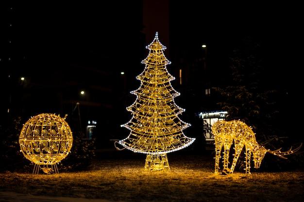 Belas figuras brilhantes de natal em uma rua da cidade