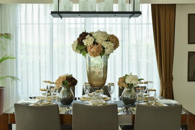 Belas flores, definindo na elegância de jantar configurar