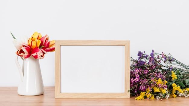 Belas flores e moldura vazia