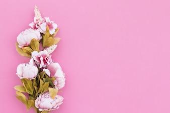 Belas flores planas em fundo colorido