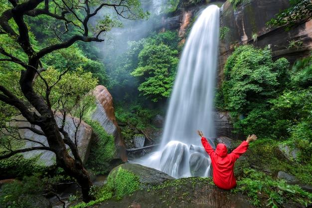 Belas fotos de cachoeiras cachoeira tat phimanthip localizada no nordeste da tailândia.