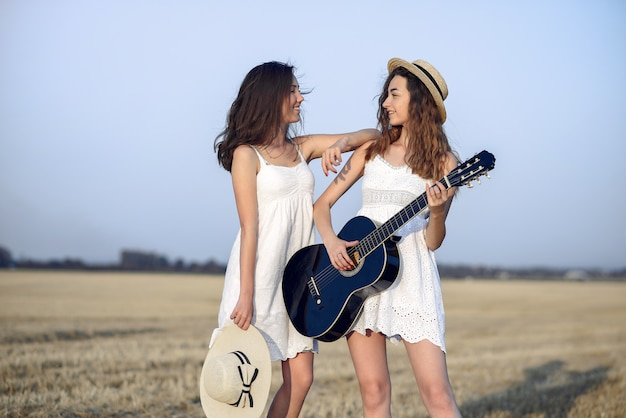 Belas garotas elegantes em um campo de trigo outono