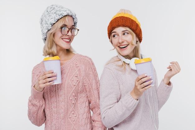 Belas garotas juntas em roupas de inverno