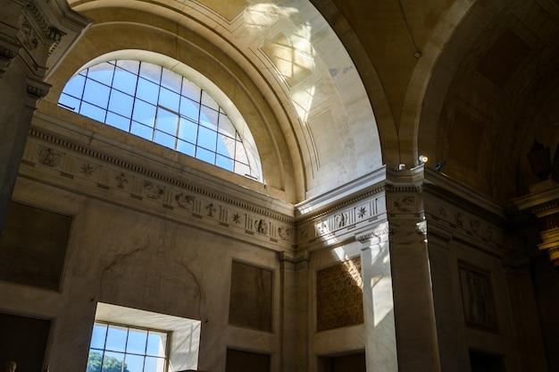 Belas janelas e teto no museu do vaticano