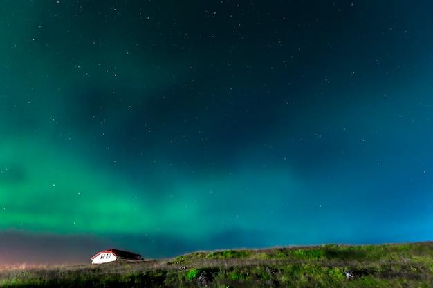 Belas luzes do norte na península de reykjanes no sul da islândia