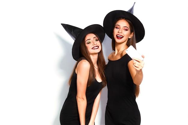 Belas moças vestidas de bruxas para a festa de halloween