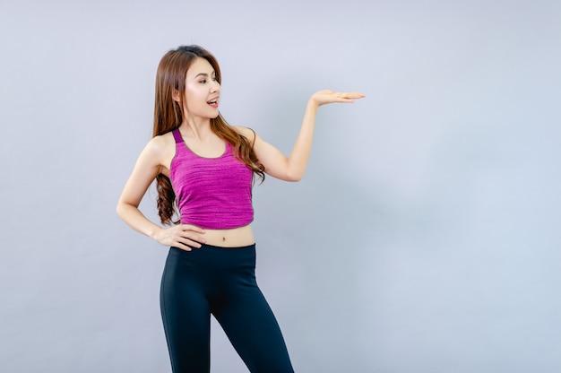Belas modelos jovens mostram gestos e sorrisos felizes. conceito de apresentação da mão