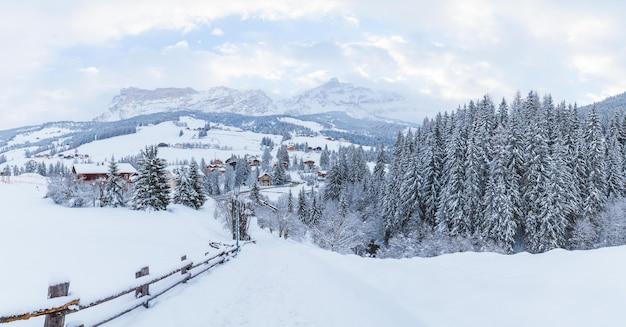 Belas montanhas cobertas de neve sob o céu nublado