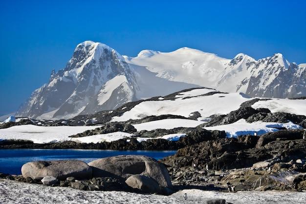 Belas montanhas cobertas de neve