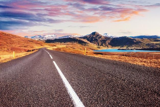 Belas montanhas com céu dramático ao longo do anel viário, rota 1 na islândia