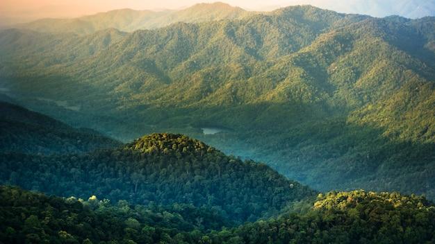 Belas montanhas do ponto de vista na hora do nascer do sol