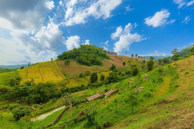 Belas montanhas e céu montanhas durante o pôr do sol bela paisagem natural no verão
