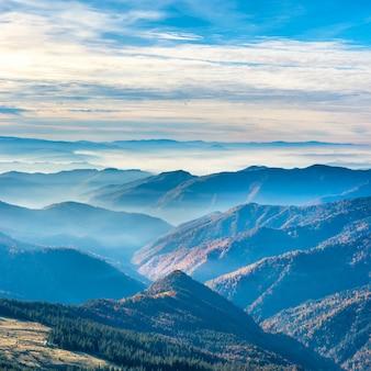 Belas montanhas e colinas no outono ao pôr do sol