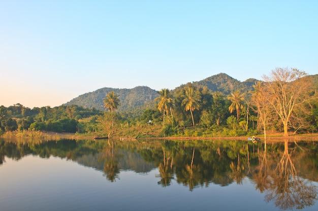 Belas montanhas e rio de manhã