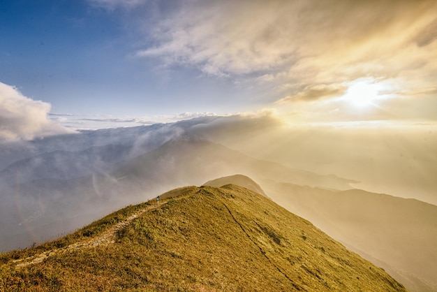 Belas montanhas e um sol brilhante