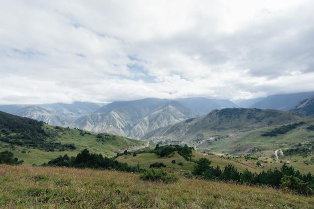 Belas montanhas e vida selvagem ao redor deles em um dia ensolarado