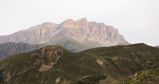 Belas montanhas na paisagem de kabardino balkarian