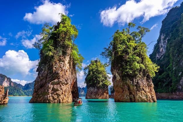 Belas montanhas na represa de ratchaprapha no parque nacional khao sok, província de surat thani, tailândia.