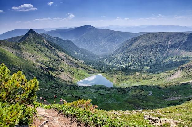 Belas montanhas paisagem sobre um lago calmo de coração