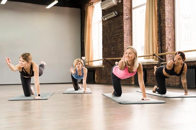 Belas mulheres adultas exercitando juntos