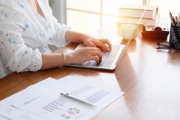 Belas mulheres asiáticas analisam informações de dados usando o período de quarentena de laptop de tecnologia trabalhando em casa, freelancer feliz usando a casa para lançar pequenas empresas trabalhando em casa
