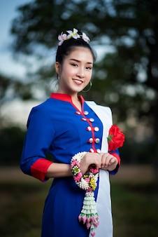 Belas mulheres asiáticas em traje tradicional tailandesa