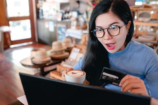 Belas mulheres asiáticas trabalhando freelance em casa