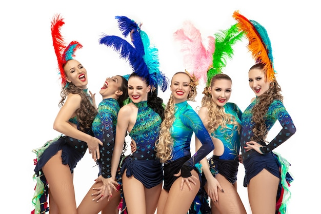 Belas mulheres jovens brancas no carnaval e elegantes fantasias de baile de máscaras