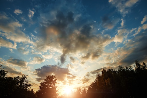 Belas nuvens ao nascer do sol com luz dramática
