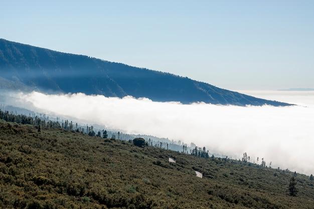 Belas nuvens brancas com montanhas