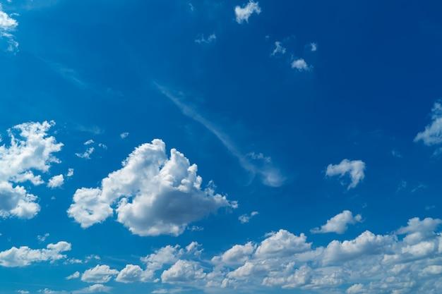 Belas nuvens brancas e céu azul