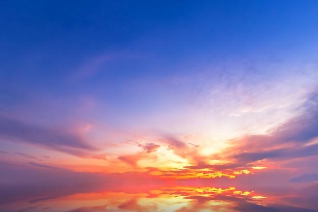 Belas nuvens fofas com pôr do sol de noite