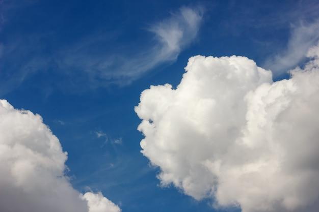 Belas nuvens grandes no céu azul.