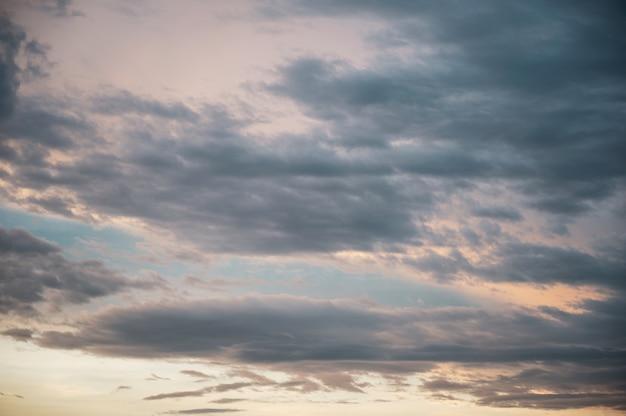Belas nuvens no céu azul ao pôr do sol
