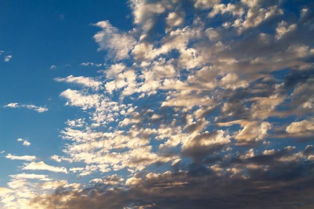 Belas nuvens no céu azul durante o pôr do sol