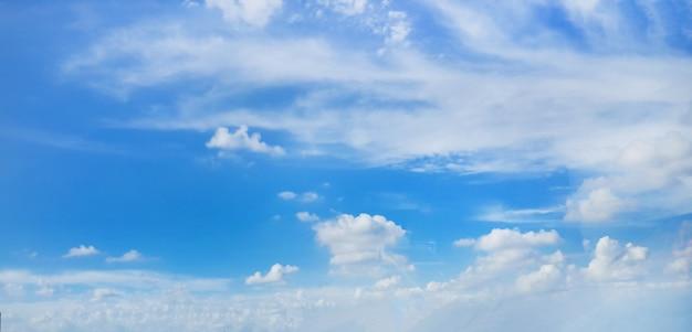 Belas nuvens no fundo do céu azul
