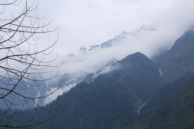 Belas nuvens no topo da neve