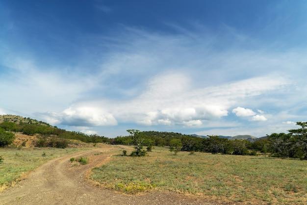 Belas nuvens sobre as montanhas. crimeia. choban-kule.