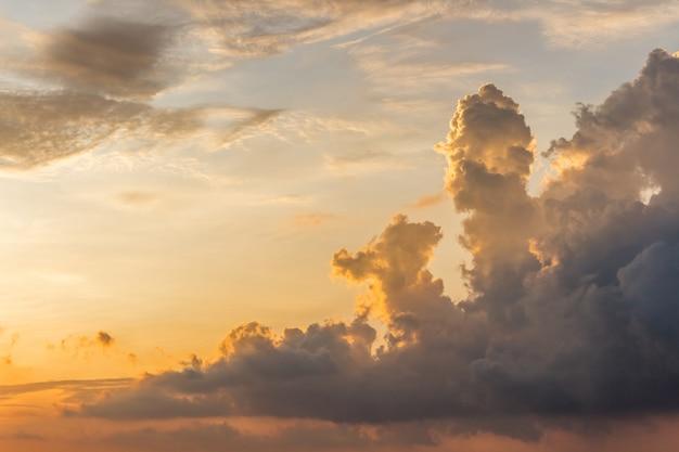 Belas nuvens sobre o centro da cidade de kuala lumpur