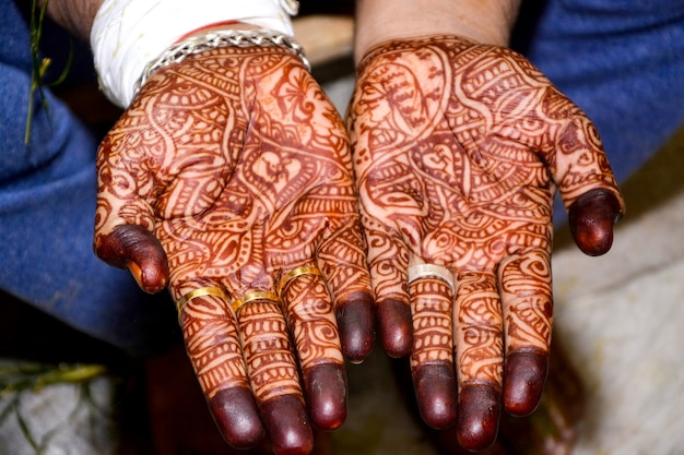 Belas obras de arte de henna mehndi nas belas mãos do noivo indiano